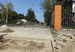 На вулиці Чорновола триває укладання тротуарів
