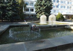 Біля Черкаської міськради очищають фонтан