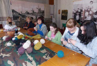 Теплі шкарпетки для бійців АТО в'язали в Черкаському обласному краєзнавчому музеї