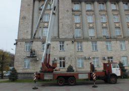 На будівлі Черкаській ОДА лагодять гірлянди