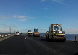 На дамбі через Дніпро завершено влаштування верхнього шару асфальтобетонного покриття
