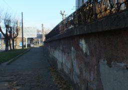 У Черкасах по вул. Смілянській паркан перебуває в аварійному стані
