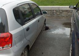 Біля Черкаської податкової інспекції автівка влетіла у люк