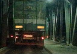 На черкаському мосту знов реверсний режим руху. По обидва боки велитенські черги в яких чимало вантажівок вагою понад 5 т.