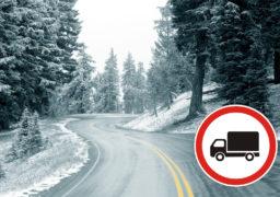 Зі снігового замету у Черкасах рятувальники витягали вантажні автомобілі