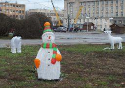 Середмістя Черкас прикрашають до новорічних свят