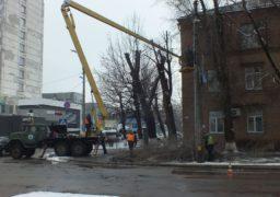 У середмісті Черкас обрізають аварійні дерева