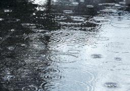 Тротуари по вулиці Луценка під час дощу стають озерами