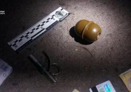 Патрульні виявили у черкащанина ймовірно бойову гранату, яку той носив у кишені