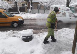 У Черкасах комунальники розчищають від снігу зупинки
