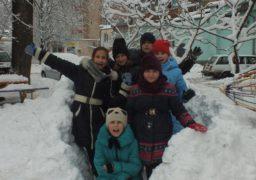Замість уроків: черкаські школярі будують снігову фортецю