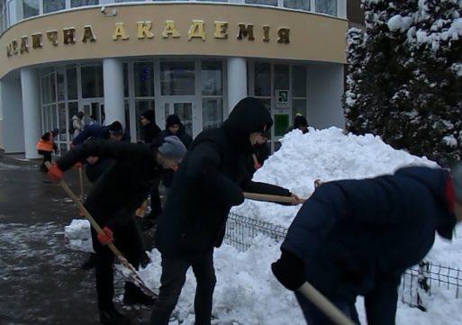 Студенти-медики озброїлися лопатами