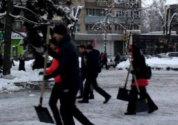 Працівники міськвиконкому вирушили прибирати зупинки