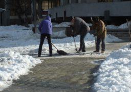 Площу біля ЦДЮТ розчищають від льоду
