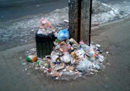 Зупинки громадського транспорту у Черкасах заваленні сміттям