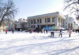 Площу біля ЦДЮТ розчищають від снігу