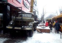 На зупинці в центрі Черкас автівка заблокувала рух перехожим