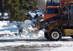 З площі перед міською радою комунальники вивозять сніг вантажівками