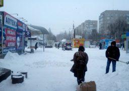 """Черкаси в """"білому полоні"""". Містяни вийшли на боротьбу зі снігом"""