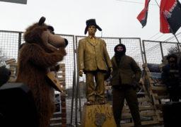 Активісти Нацкорпусу відкрили пам'ятник Володимиру Путіну перед посольством РФ в Києві