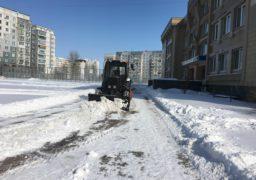 На Митниці триває прибирання снігу біля освітніх закладів