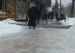 Як пінгвіни на крижині: черкащани ковзають тротуарами