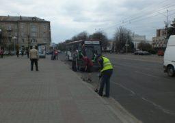 У Черкасах триває прибирання міських автошляхів