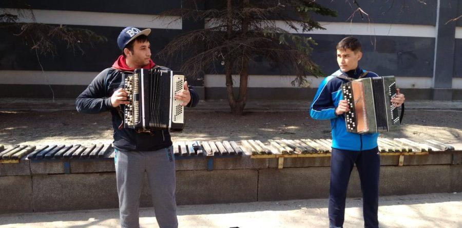 У Черкасах брати-баяністи віртуозно зіграли хіт «Despacito»