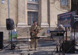 У центрі Черкас гурт «Баграм» виконує пісні про війну