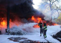 Пожежу в черкаській промзоні гасили майже 100 рятувальників