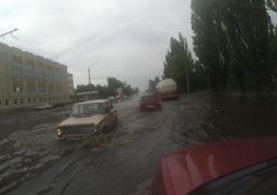 За кілька годин зливи в Черкасах випала понад місячна  норма опадів. Зливова каналізація не впоралася з водою