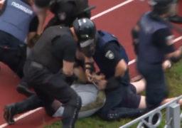 """Поліція жорстко побила та затримала 26 вболівальників, які під час матчу Дніпро-Черкаси – ПФК Суми протестували проти """"зливу"""" клубу Лашкулом"""
