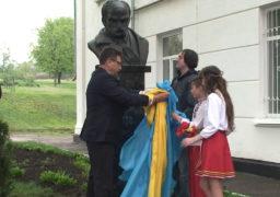 На подвір'ї смілянської школи встановили пам'ятник Тарасу Шевченку