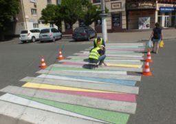 У Черкасах розфарбовують пішохідні переходи