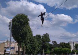 У Черкасах уже встановили повітряну скульптуру