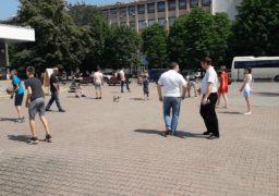 Біля мерії Черкас двоє депутатів ганяли м'яча