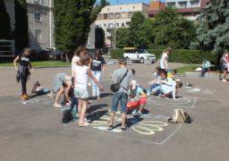 Черкаські школярі заявили про свої права крейдою на асфальті