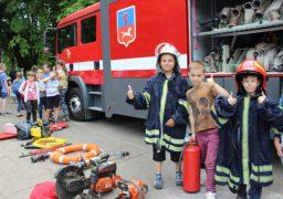 Черкаські рятувальники продемонстрували дітям нову пожежну автівку