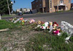 На місце ДТП в якій загинула мати і дитина черкащани приносять квіти та іграшки