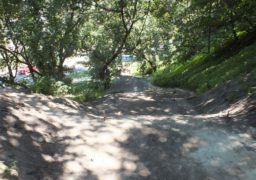 В Черкасах будують новий пішохідний спуск