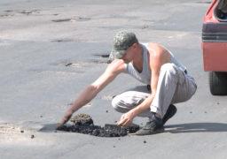 Небайдужий смілянин самотужки ремонтує дороги