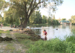 Волонтери очищують Графське озеро у Смілі