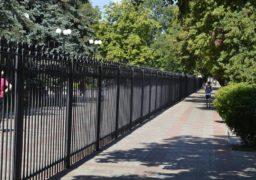 Територію поруч з ЧДТУ обгородили новим парканом