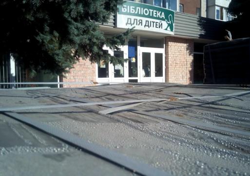 В Черкасах ремонтують фасад будівлі дитячої бібліотеки