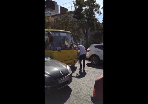 У центрі Черкас водій маршрутки №20 мало не збив людину