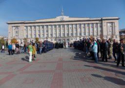 Прощання із молодим бійцем на Соборній площі Черкас