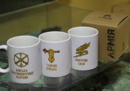 Олександр Вельбівець подарував військовим Черкаського гарнізону чашки від Президента