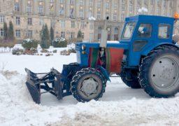 Комунальники прибирають сніг на центральних площах Черкас