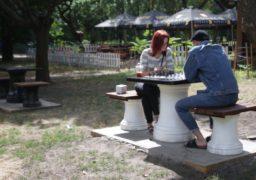 """У парку """"Сосновий бір"""" встановили столики для гри в шахи"""