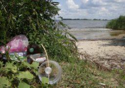 Пляжна ділянка поблизу Долини Троянд тоне у смітті. Потреба у камерах спостереження очевидна